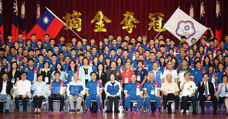 總統蔡英文(前排中)10日南下高雄左營國家運動訓練中心,替即將出征亞運的中華代表團國手們授旗,並勉勵他們:「讓世界看到台灣。」(教育部體育署提供)中央社記者龍柏安傳真 107年8月10日