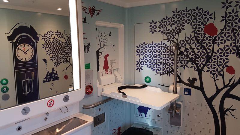 荷蘭鐵路局最近改裝列車,廁所加大空間,牆面以樹木、小動物圖案裝飾。(圖取自荷蘭鐵路局網站nieuws.ns.nl)