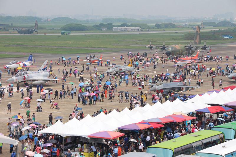空軍嘉義基地11日對外開放,吸引大批民眾進場觀賞各式飛機與空軍精彩的戰技操演,體驗一趟知性的國防饗宴。中央社記者江俊亮攝 107年8月11日