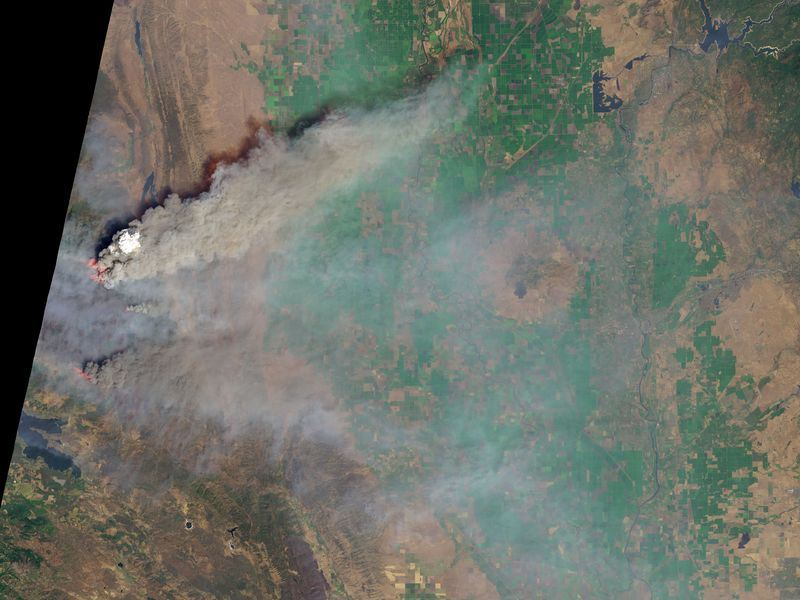 美國衛星「測地8號」拍攝加州大火災情,捲起的煙塵如火山爆發。(圖取自NASA網站www.nasa.gov)