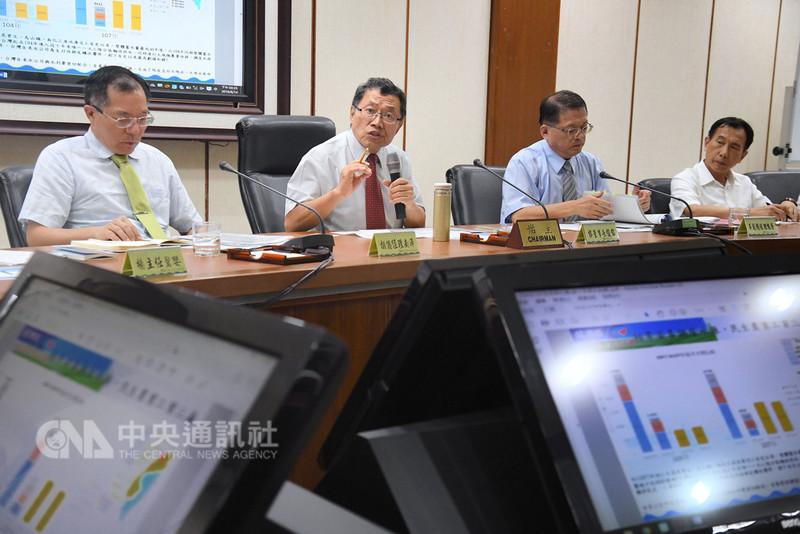 台灣自來水公司14日在經濟部舉行記者會,董事長郭俊銘(左2)表示,台水將扮演前進新南向國家水務市場的領頭羊,行銷台灣水處理核心能力。中央社記者王飛華攝 107年8月14日