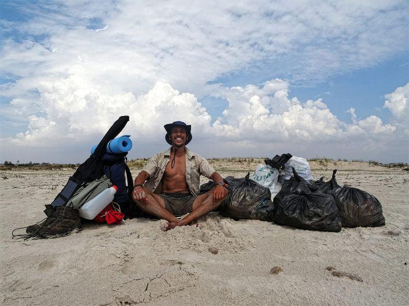突尼西亞27歲的衛生工程師郝埃為呼籲各界關注海灘汙染問題,打算沿著海岸線步行300公里,一路撿拾各式各樣的垃圾。(圖取自300 Kilomètres臉書www.facebook.com/300kilometres)