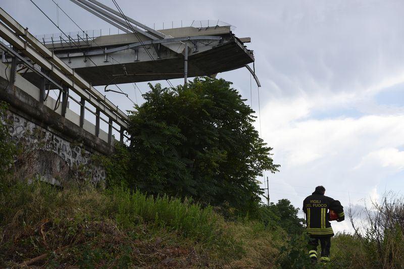 義大利熱那亞市高速公路一座高架橋14日突然斷落,義大利民防保護部15日透露,至少有39人死亡,15人受傷。(法新社提供)