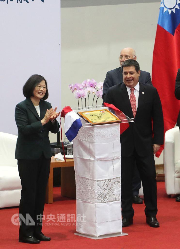 總統蔡英文(左)14日抵達巴拉圭,上午與巴拉圭總統卡提斯(Horacio Cartes)(右)一同參加台巴科技大學先修班開課儀式,兩人一同為活動揭幕。中央社記者裴禛亞松森攝 107年8月14日