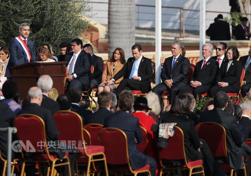 總統蔡英文(前排右)15日在巴拉圭總統府,出席巴拉圭總統阿布鐸(Mario Abdo Benitez)(左站立者)就職典禮,所有元首分坐在台上的兩側,蔡總統專心聆聽阿布鐸發表就職演說。中央社記者裴禛亞松森攝 107年8月15日