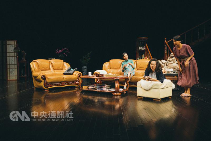 四把椅子劇團開啟重寫經典計畫,推出「全國最多賓士車的小鎮住著三姐妹(和她們的Brother)」。17日開始在台北水源劇場連演三週。圖為演出彩排劇照。(四把椅子劇團提供)中央社記者汪宜儒傳真 107年8月16日