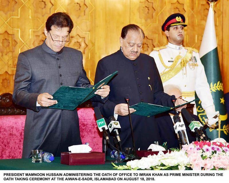 前板球明星伊姆蘭汗(左1)18日宣誓就任巴基斯坦總理。(圖取自伊姆蘭汗臉書facebook.com/ImranKhanOfficial)