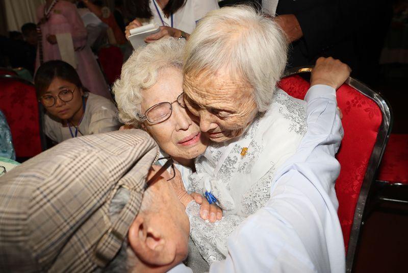 南北韓離散家庭團聚活動20日起在北韓金剛山進行3天,一對分隔多年,皆年過8旬的姊妹見面時相擁而泣。(韓聯社提供)