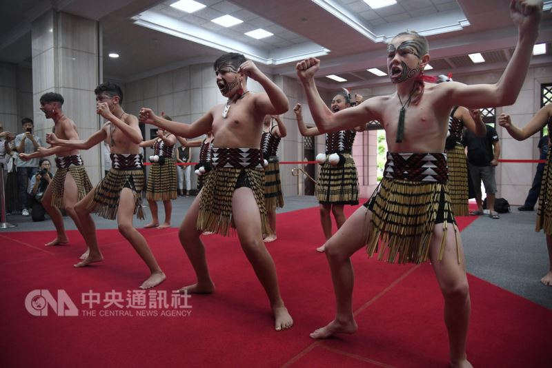 紐西蘭毛利族青少年認同南島一家親,來台進行文化尋根之旅,22日到行政院拜會並在大廳表演毛利族傳統舞蹈Kapa Haka。中央社記者王飛華攝 107年8月22日