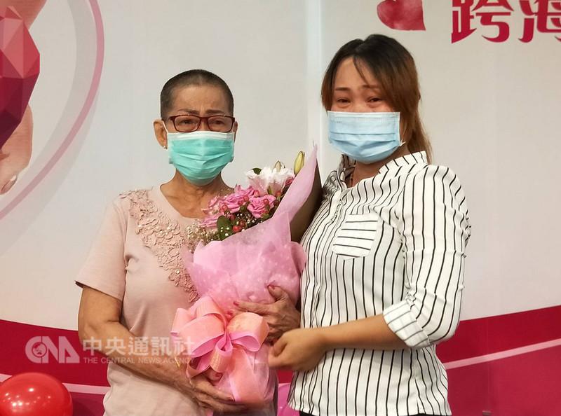 38歲胡姓越南籍新住民(右)2年前因腎衰竭開始洗腎,在故鄉的母親(左)不忍女兒受苦,搭機來台捐腎救女,23日在院方舉辦的重生記者會上母女相擁而泣,場面感人。中央社記者趙麗妍攝 107年8月23日