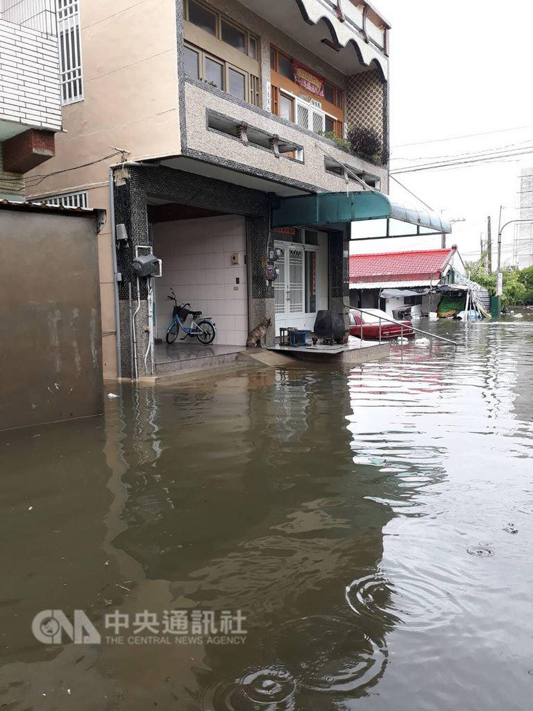受熱帶性低氣壓影響,南台灣多個鄉鎮淹水。圖為東石鄉猿樹村24日淹水情形。(民眾提供)中央社記者江俊亮傳真 107年8月24日