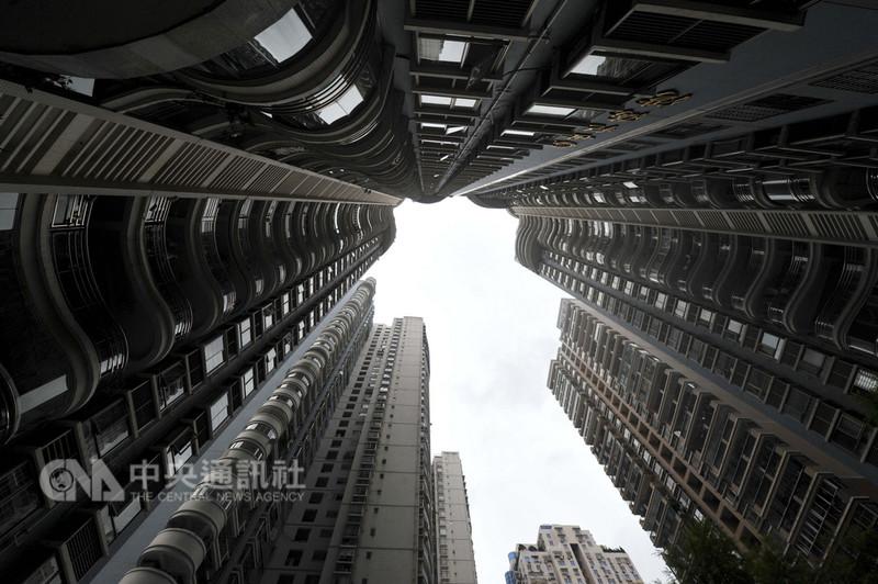 近日杭州、上海、北京都有被害人,落入長租公寓業者設下的「租房貸」騙局。圖為大陸一處住宅小區內高樓林立。(中新社提供)中央社 107年8月27日