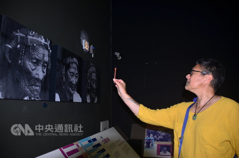 紐西蘭毛利青少年來台尋根團,29日參觀台灣史前文化博物館的台灣16個原住民族展場,走到原住民紋面展示區時,尋根團中的一位紋面婦女(圖)說,毛利人也有紋面文化。中央社記者盧太城台東攝 107年8月29日