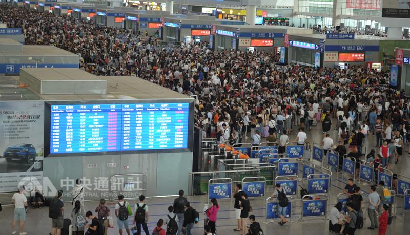 陸方開放台灣人申領居住證,過去不方便的開戶理財、訂票似乎有了解決之法,但多數在陸台灣人現仍持「再觀望看看」態度。圖為成都東站候車大廳的擁擠情況。(中新社提供)中央社 107年8月31日