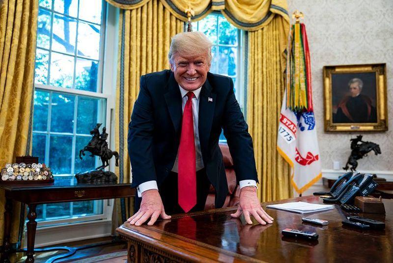 美國總統川普30日在白宮接受彭博專訪表示,如果世界貿易組織不對美國好一點,考慮讓美國退出WTO。(圖取自彭博臉書www.facebook.com/bloombergbusiness)