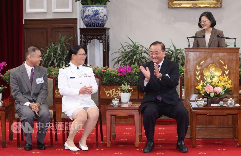 總統蔡英文(右)3日在總統府,由台灣血液基金會董事長侯勝茂(左3)陪同,接見「106年度績優捐血人代表」並致詞。中央社記者鄭傑文攝 107年9月3日