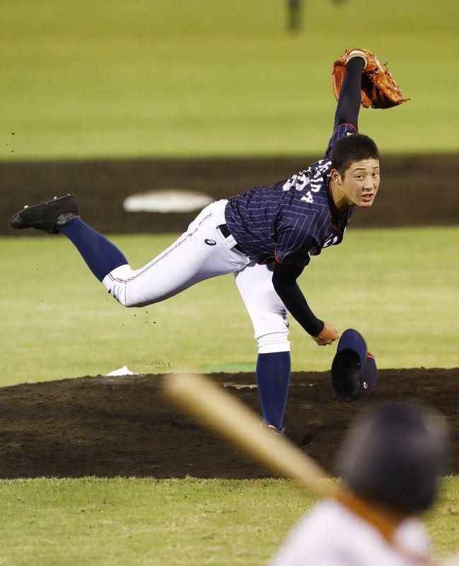 日本金足農業高校王牌投手吉田輝星站上投手丘後習慣單膝下跪比出類似拔刀的動作,為免對手誤會為挑釁,已被勸誡別在U18亞青賽使用。(檔案照片/共同社提供)
