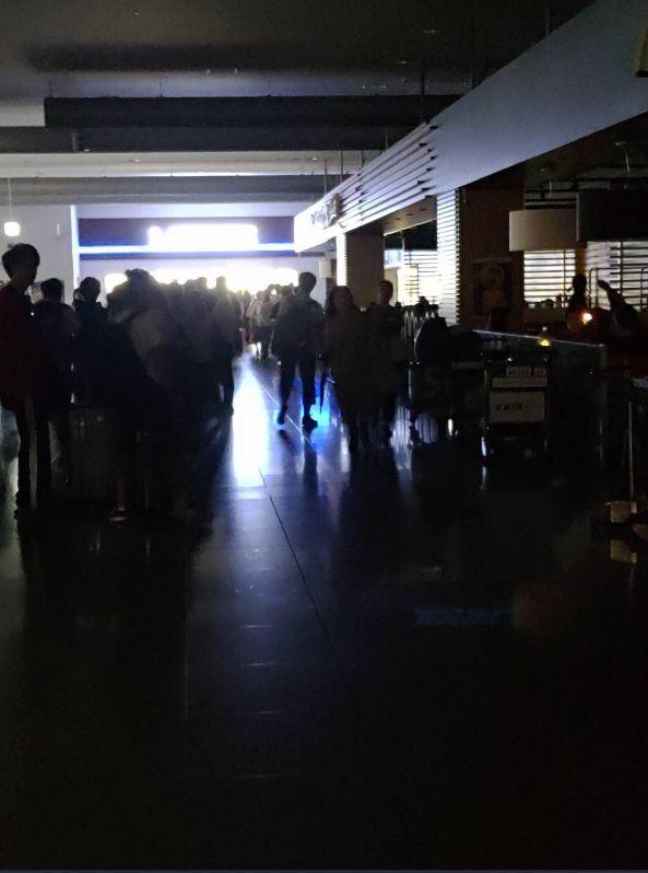 關西國際機場因淹水封閉,大量旅客湧入航廈內便利商店,店外排隊人龍長達50公尺。(圖取自ももてん 🍑立ってはいけない推特網頁twitter.com)