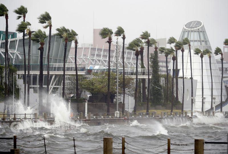 颱風燕子帶來大雨,大阪市沿岸可見浪打上岸。(共同社提供)