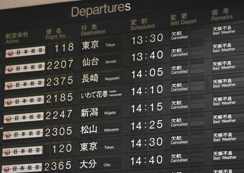 燕子颱風襲日,許多日本國內線和國際線航班因此取消,4日中午關西機場2條跑道暫時關閉。(共同社提供)