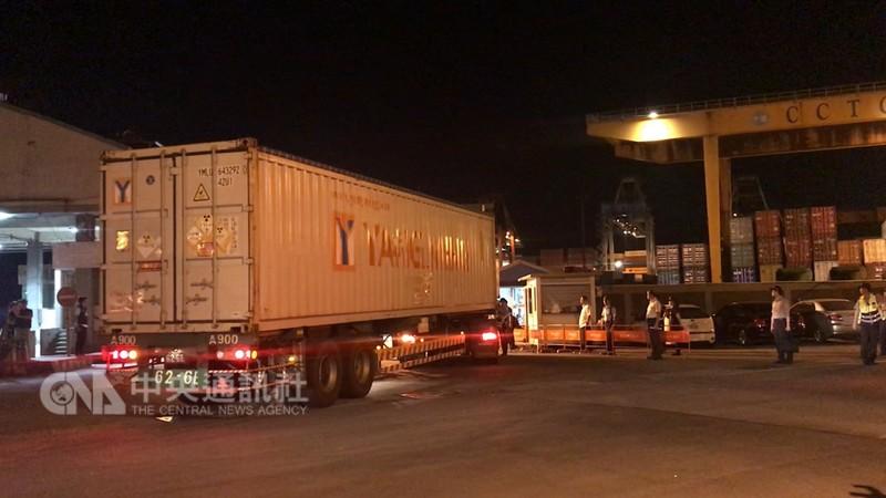 核四廠第2批燃料棒5日深夜0時運離廠區,12輛貨櫃車在警方沿路戒護下,深夜1時抵達基隆港西19碼頭,等待吊掛上貨輪送至美國。中央社記者王朝鈺攝 107年9月5日