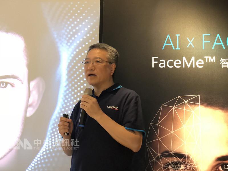 多媒體創作軟體廠商訊連科技5日發表FaceMe臉部辨識技術,正式進軍人工智慧(AI)刷臉市場,董事長暨總經理黃肇雄說,訊連臉部辨識技術的演算法不輸蘋果,預期AI後年將貢獻業績兩位數百分比。中央社記者吳家豪攝  107年9月5日