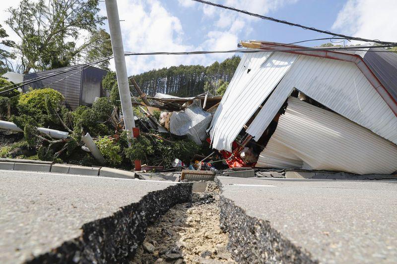 日本北海道6日發生規模6.7地震,最大震度6強,當地可見龜裂道路和倒塌房屋。(共同社提供)