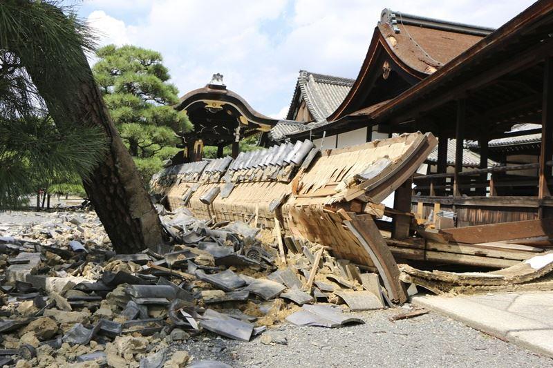 強颱燕子侵襲日本,奪走11人性命,造成數百人受傷。圖為京都西本願寺木造建築受損。(檔案照片/共同社提供)