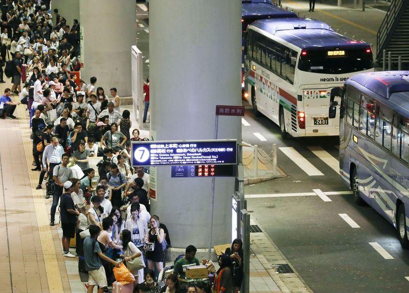 外交部亞東及太平洋司參事張淑玲7日表示,目前無台灣民眾滯留日本關西機場,當天能從關西機場派車出來的只有機場專車,他國應無法派車進入。圖為旅客5日在關西機場排隊等待專車。(檔案照片/共同社提供)