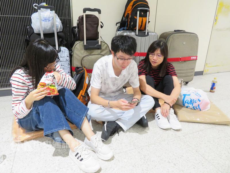 北海道6日凌晨觀測到規模6.7強震,新千歲機場國際線尚為重啟飛航,但還有大批來自台灣、香港等旅客只能睡機場。中央社記者楊明珠千歲市攝  107年9月7日