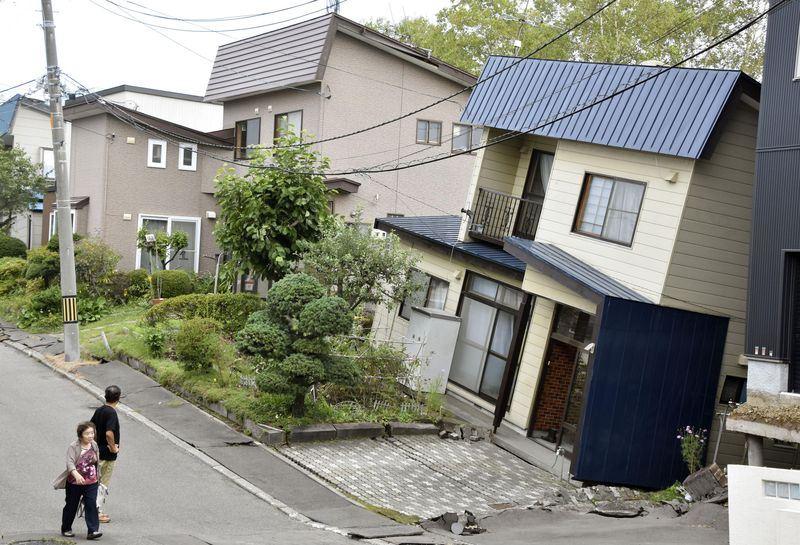 日本北海道6日凌晨發生強震,根據外交部了解,截至7日上午8時,約有800台灣旅客滯留北海道。圖為因地震傾斜的房屋。(共同社提供)