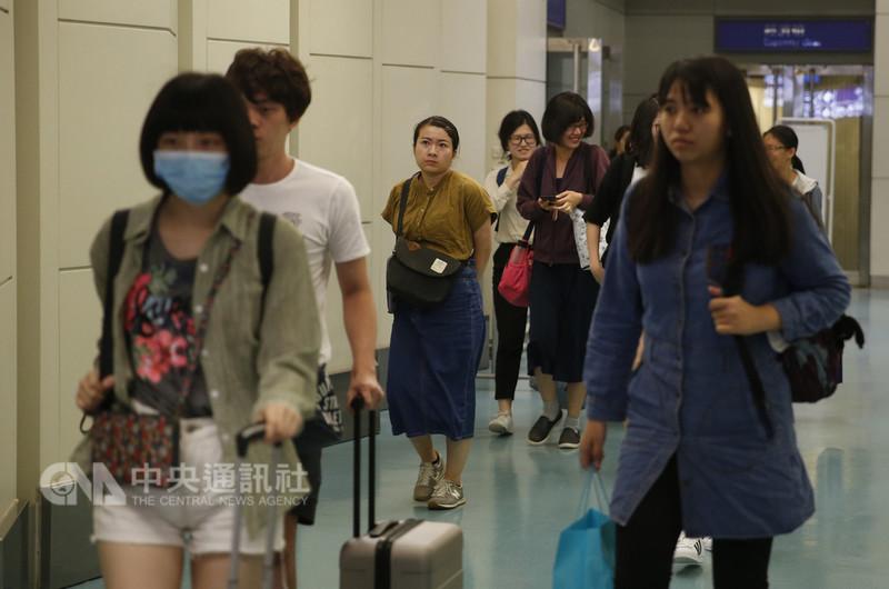 日本接連傳出颱風、地震災情後,從日本關西、北海道新千歲機場起飛返台的班機8日晚間平安抵達,讓旅客都鬆了一口氣。中央社記者邱俊欽桃園機場攝 107年9月8日