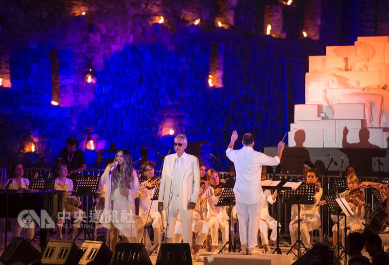 義大利跨界男高音安德烈波伽利(前左2)與台灣歌手張惠妹(前左)首度合作演唱新曲If Only,6日張惠妹更受邀出席在義大利舉辦的慈善活動,兩人現場世界首唱If Only。(Stefano Marinari提供)中央社記者鄭景雯傳真 107年9月8日