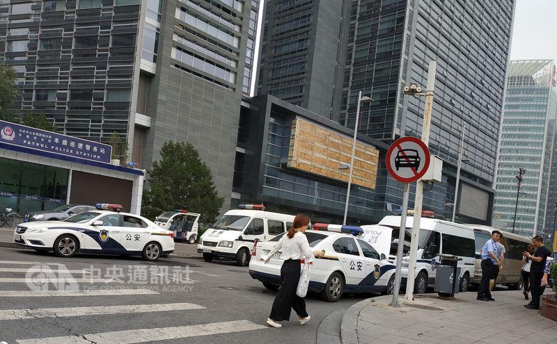 中國大陸P2P公司7月出現集中倒閉,部分受害者8月初串連到北京請願,當地警方將他們強行送走。圖為中國銀保監會附近部署大量警車。(中央社檔案照片)