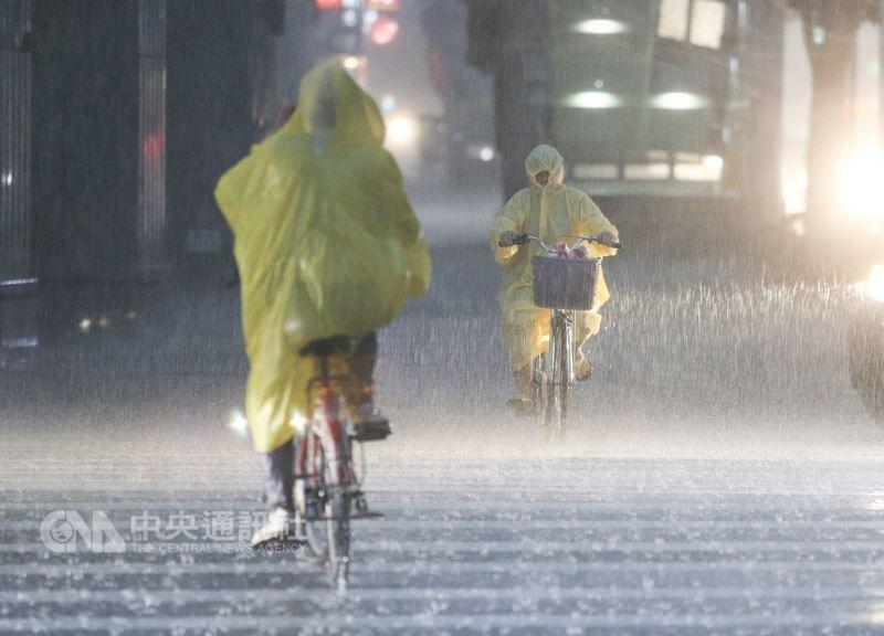 台北市區8日下午雲層密布,隨後伴著雷聲降下劇烈雨勢,騎乘單車的民眾用雨衣將自己包緊,幾乎僅露出眼睛部位,在雨中小心前進。中央社記者謝佳璋攝 107年9月8日
