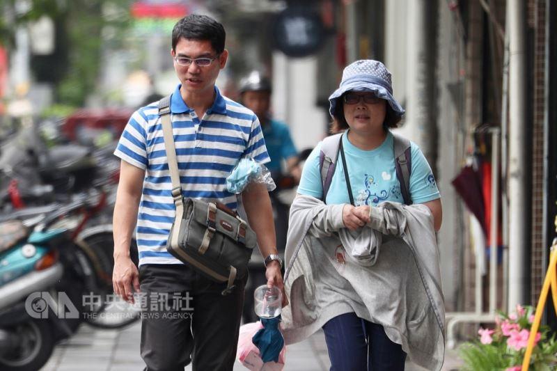 中央氣象局表示,今年入秋首道鋒面及東北風8日報到,北台灣可能出現大雨或豪雨,北部及東半部氣溫略降。圖為台北地區民眾外出時攜帶薄外套。中央社記者吳翊寧攝 107年9月8日
