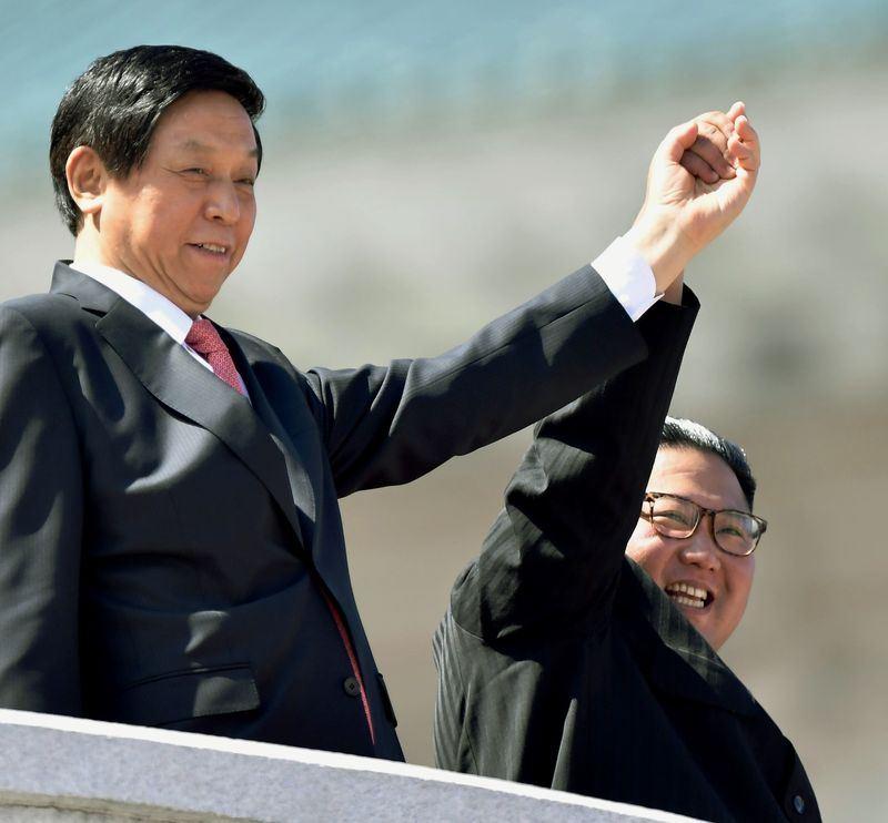 北韓建國70週年,中共主席特別代表、人大常委會委員長栗戰書(左)9日與北韓領導人金正恩(右)一同亮相。(共同社提供)