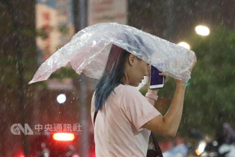對流雲系發展旺盛,中央氣象局9日傍晚針對8縣市發布豪雨或大雨特報。(中央社檔案照片)