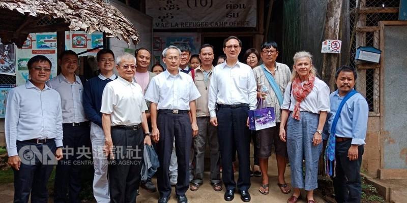 中華民國政府長期援助泰緬邊境的難民營,駐泰代表童振源(前排右4)與訪問團抵達難民營,並與工作人員合影。(駐泰國代表處提供)中央社記者劉得倉曼谷傳真 107年9月10日