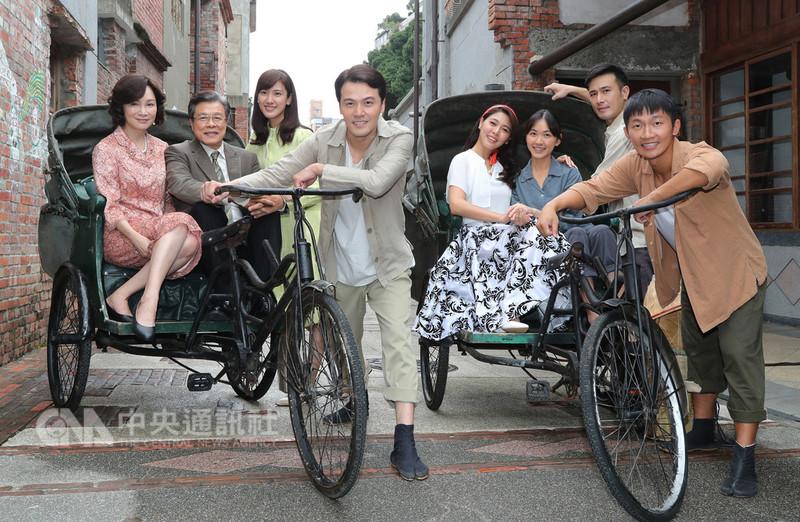 公視全新台語戲劇「苦力」10日在台北剝皮寮舉行開拍記者會,主要演員以劇中1970年代扮相現身宣傳。中央社記者張皓安攝 107年9月10日