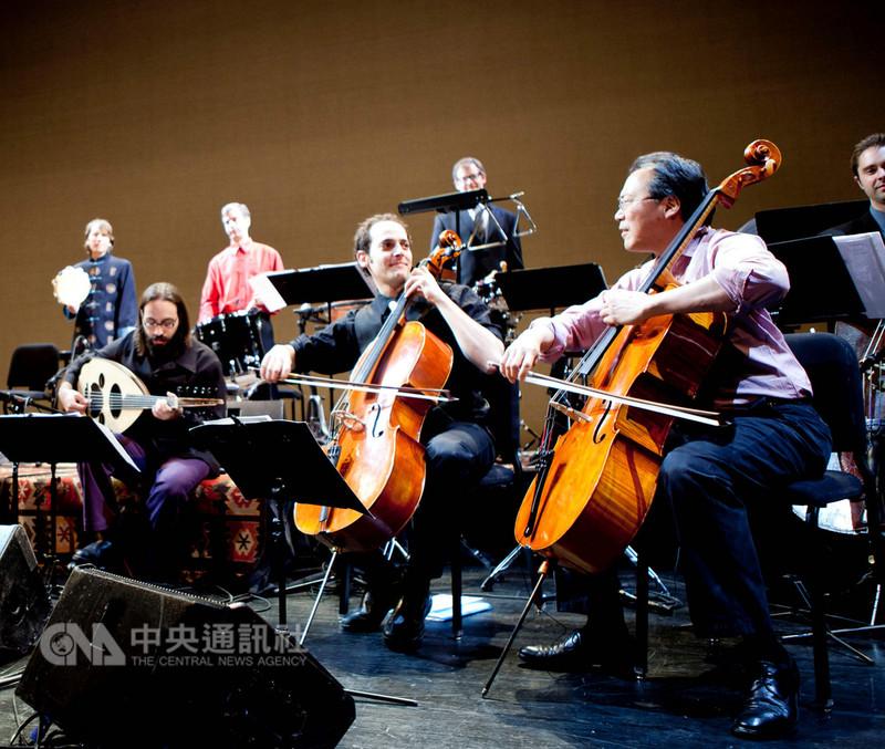 大提琴家馬友友(右)與絲路合奏團10月21日將攜手訪台獻奏。這次來台演出,馬友友將演奏陪伴他60年音樂生涯的巴赫大提琴前奏曲、薩拉邦德舞曲、吉格舞曲。(牛耳藝術提供)中央社記者鄭景雯傳真 107年9月10日