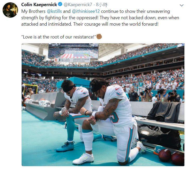 邁阿密海豚隊接球員史帝爾斯和威爾森在賽前國歌播放期間單膝跪地。(圖取自卡珀尼克推特twitter.com/kaepernick7)