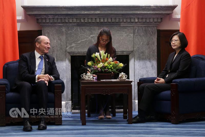 總統蔡英文(右)11日在總統府接見法國國民議會友台小組、外交委員會副主席艾畢雍(Michel Herbillon)議員(左)一行。中央社記者鄭傑文攝 107年9月11日