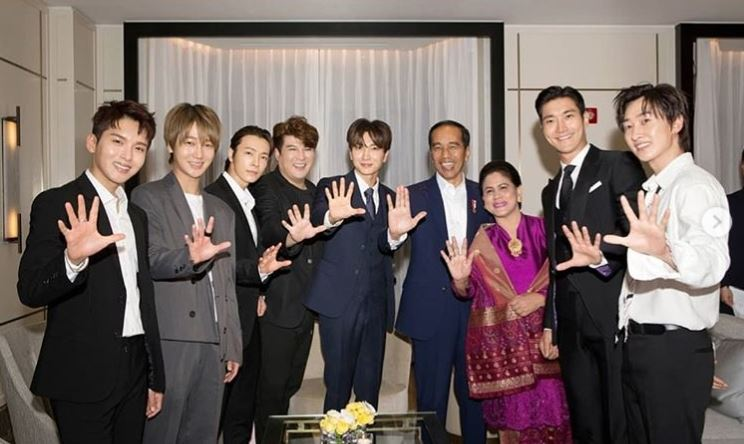 韓國天團Super Junior化身粉絲與印尼總統佐科威伉儷(右3、右4)合照。(圖取自Super Junior IG www.instagram.com/superjunior)