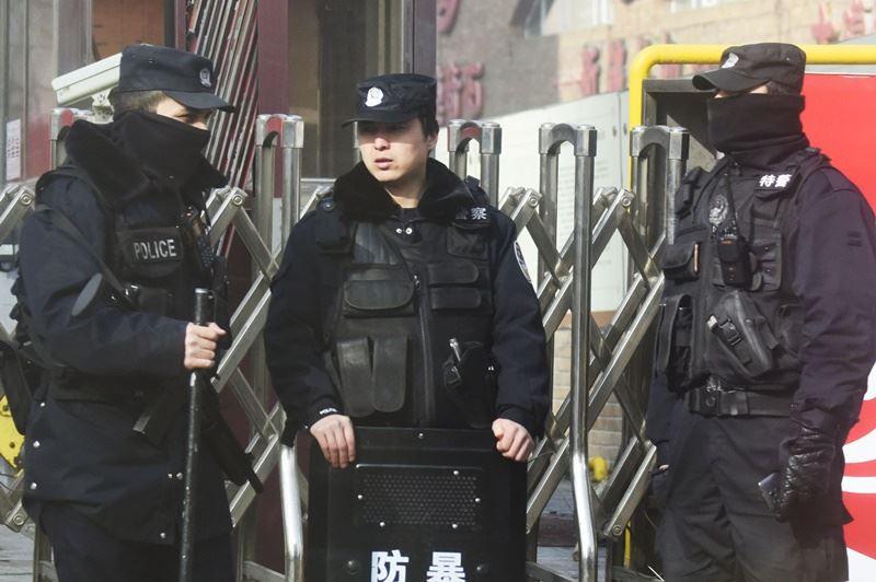 美國媒體報導,美國總統川普政府考慮制裁中國高層官員和企業,懲罰北京在新疆設立再教育營,拘禁數十萬名維吾爾人。圖為新疆警察。(檔案照片/共同社提供)