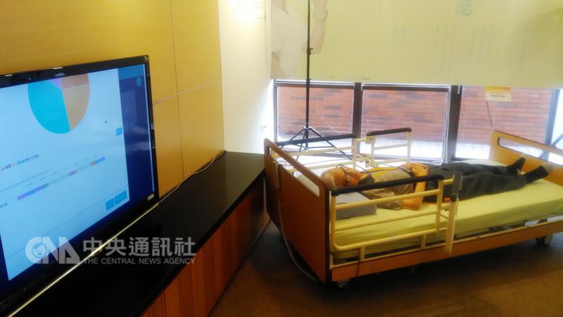 面板大廠友達光電、雙連安養中心12日正式宣布,聯手推出結合互聯網的智慧照顧方案。圖中睡眠中老者的心跳、呼吸都可經智慧長照系統測量,在顯示器畫面中看到。中央社記者潘智義攝  107年9月12日