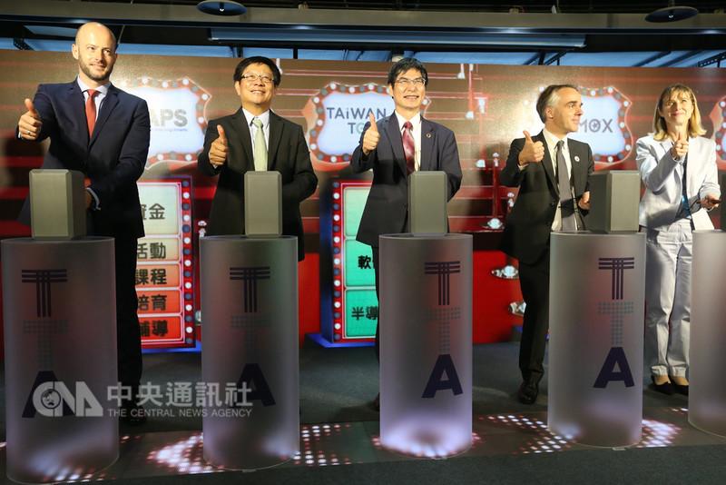 科技部12日在國際科技創業基地(TTA)舉行記者會,宣布比翼資本加速器、國立交通大學產業加速器暨專利開發策略中心、SOSV-MOX與SparkLabs Taipei等頂尖加速器9月底前將進駐,並由部長陳良基(中)親自主持儀式。中央社記者吳家昇攝 107年9月12日