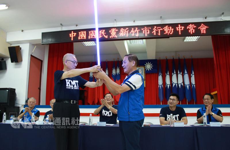 國民黨行動中常會12日到新竹市,黨主席吳敦義(前左)致贈新竹市長參選人許明財(前右)一把藍色光劍,期許代表藍軍執行正義,贏回新竹市。(國民黨新竹市黨部提供)中央社記者管瑞平傳真 107年9月12日