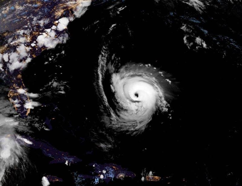 美國國家颶風中心警告,颶風佛羅倫斯預計14日登陸,料為美國東南岸帶來連日豪雨。(圖取自NOAA臉書www.facebook.com/NWSNHC)
