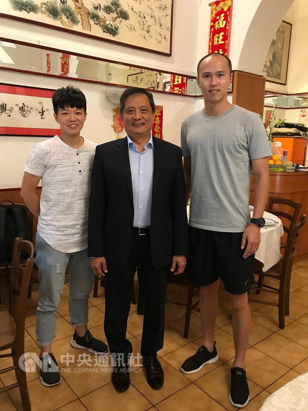 駐義大利代表李新穎(中)接見來義發展的台灣排球好手黃培閎(右)與楊怡真(左),肯定他們開創台義體育交流的新頁。(駐義大利代表處提供)中央社記者黃雅詩羅馬傳真 107年9月13日
